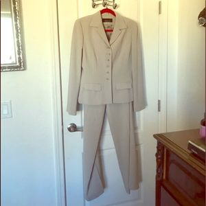 EUC Jones New York Tan 2pc Suit Size 6